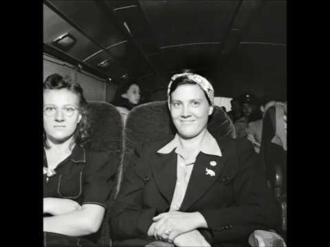 32 Vintage Photos of People Traveling by Bus in America in 1943