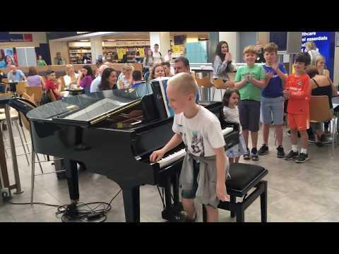 Amazing airport pianist video- Harrison aged 11 plays Ludovico Einaudi cover Nuvole Bianche